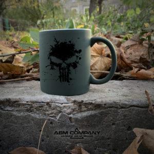 Чашка хамелеон олива с рисунком КАРАТЕЛЬ