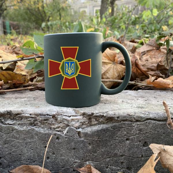 Чашка хамелеон олива с рисунком НГУ.