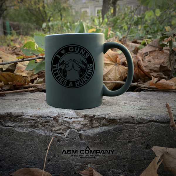 Чашка хамелеон олива с рисунком GUNS&TITTIES